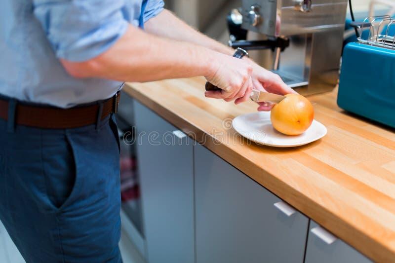 Mâle beau dans la cuisine images stock