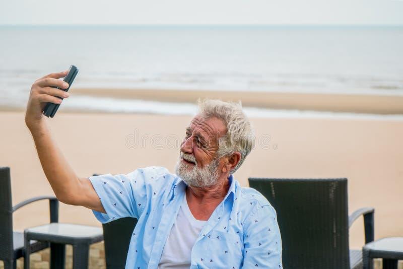 Mâle caucasien heureux à l'aide du smartphone pour la causerie et le selfie photos libres de droits