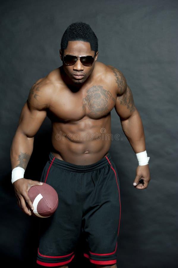 Mâle d'afro-américain avec le football image stock