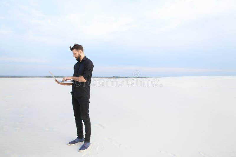 mâle d'auteur avec l'inspiration de recherche d'ordinateur portable au bord de la mer photographie stock