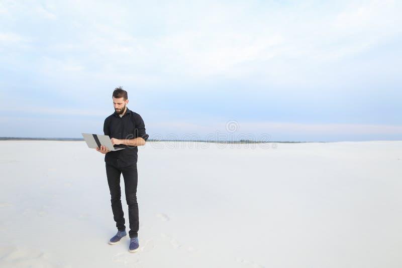 mâle d'auteur avec l'inspiration de recherche d'ordinateur portable au bord de la mer photo stock