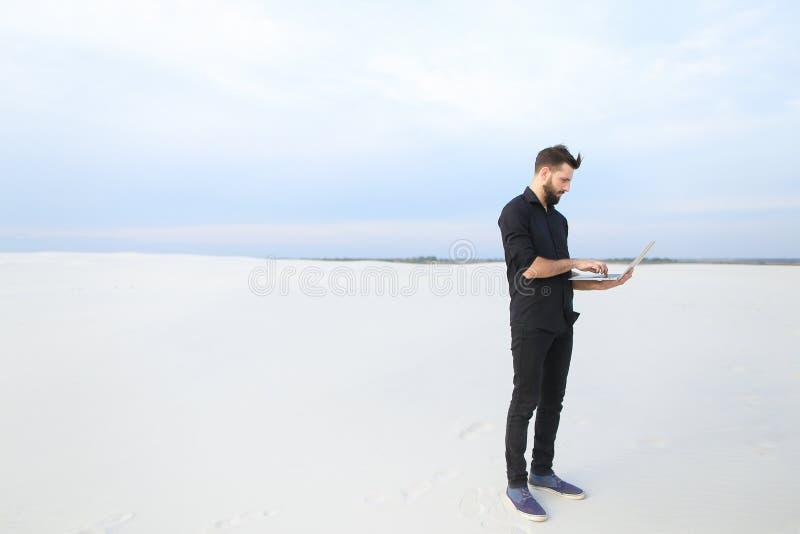 mâle d'auteur avec l'inspiration de recherche d'ordinateur portable au bord de la mer images stock