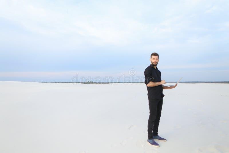 mâle d'auteur avec l'inspiration de recherche d'ordinateur portable au bord de la mer photos libres de droits
