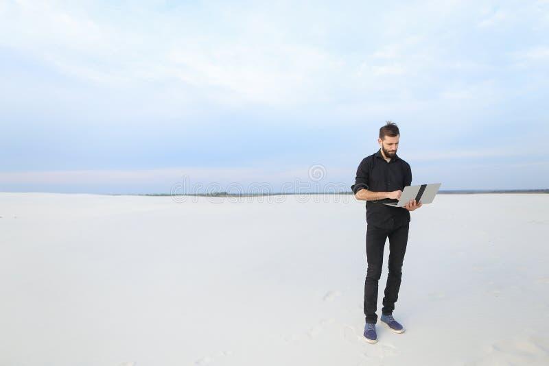 mâle d'auteur avec l'inspiration de recherche d'ordinateur portable au bord de la mer image stock
