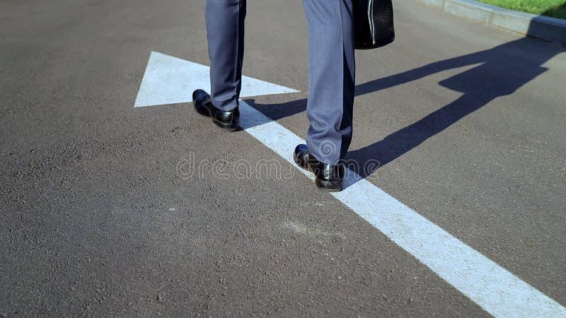Mâle dans le costume marchant le long de la flèche blanche, manière allante de personne bonne dans la vie images libres de droits