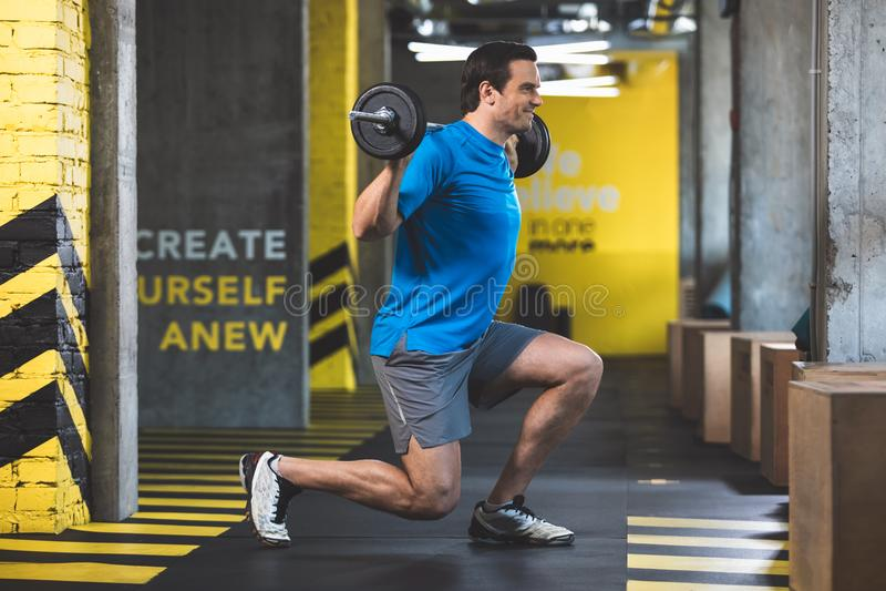 Mâle de lancement faisant l'exercice au centre de fitness image stock