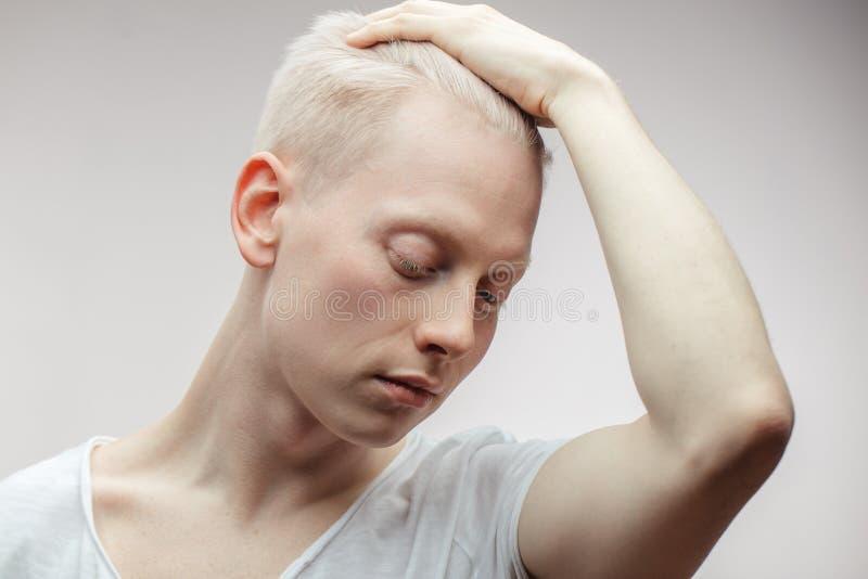 Mâle de mannequin sur le blanc Plan rapproché beau de type albinos photos stock