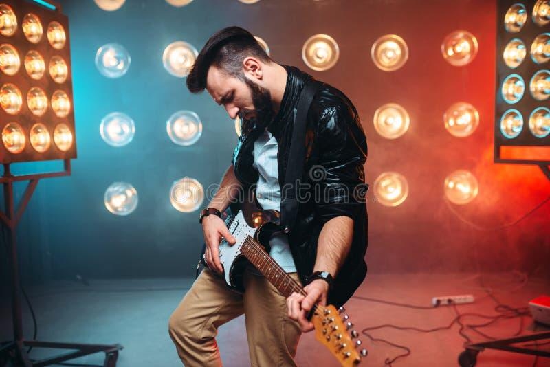 Mâle en solo musican avec l'électro guitare photo stock