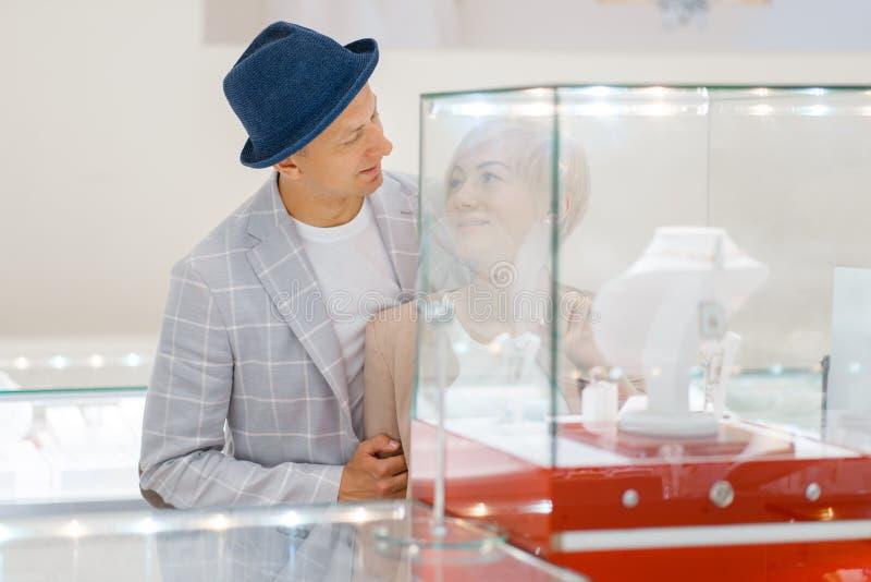 Mâle et consommateurs féminins dans le magasin de bijoux photos stock