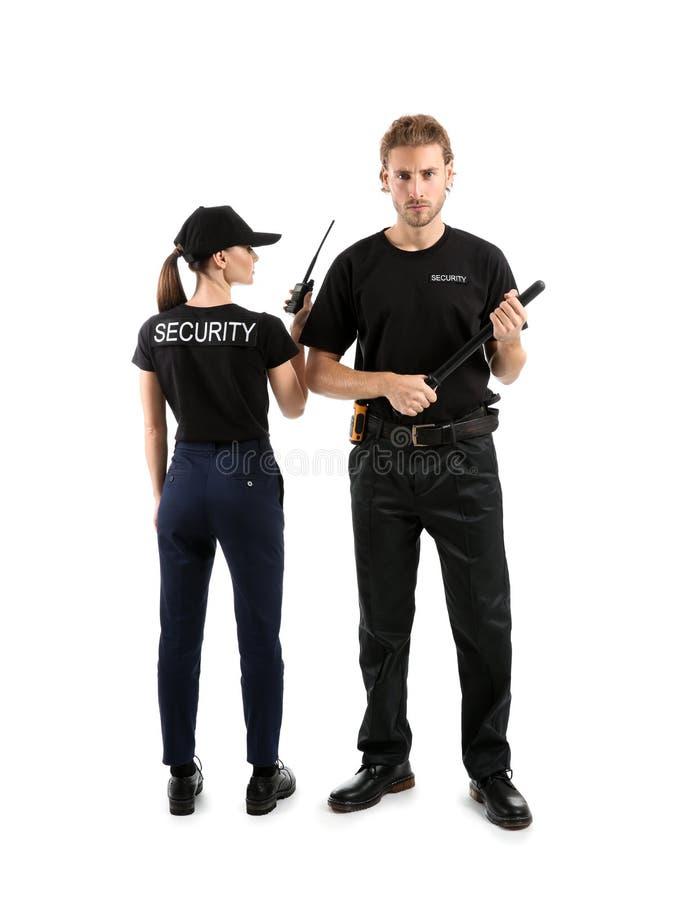 Mâle et gardes de sécurité féminins sur le fond blanc image libre de droits