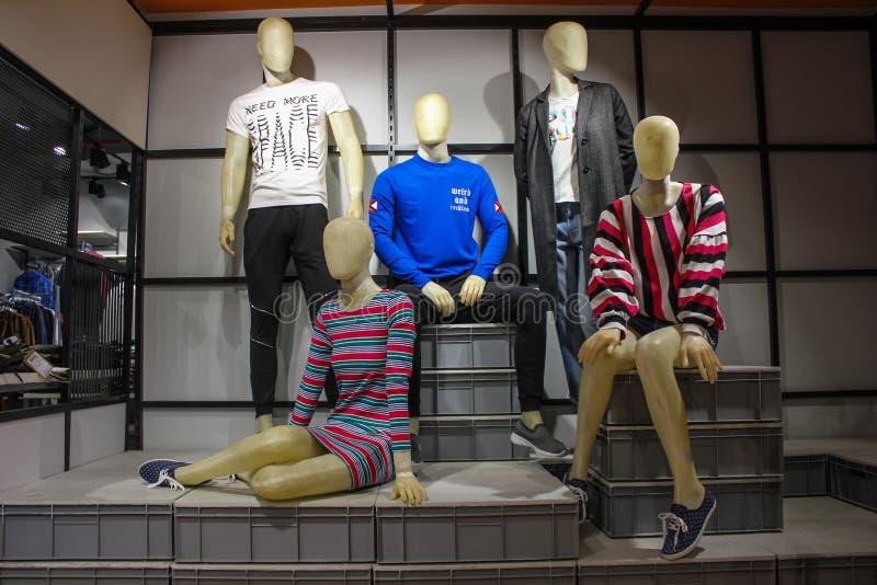 Mâle et mannequins féminins de mode occidentale occasionnelle montrée dans un magasin d'habillement photographie stock libre de droits