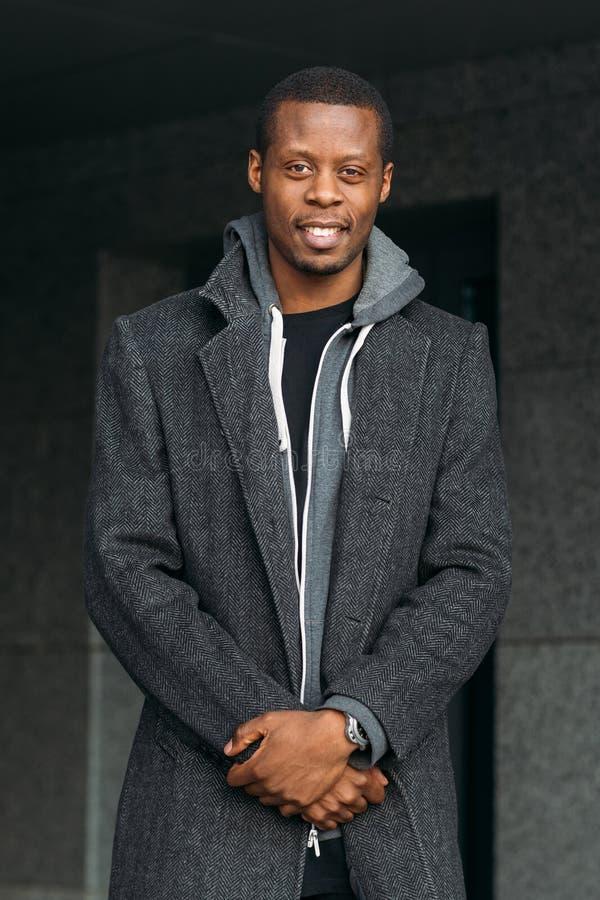 mâle heureux d'afro-américain Mode de rue photographie stock libre de droits