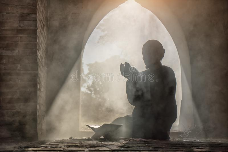 Mâle musulman priant dans la vieille mosquée images stock