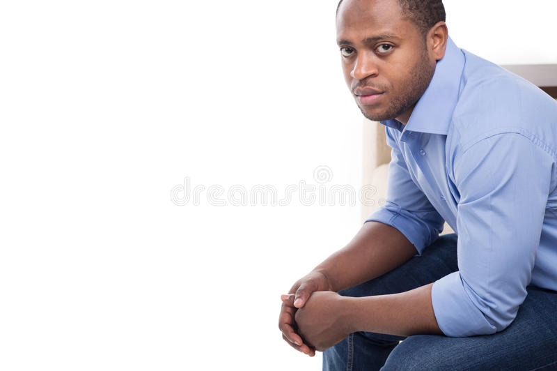 Mâle noir beau dans la chemise bleue photo libre de droits