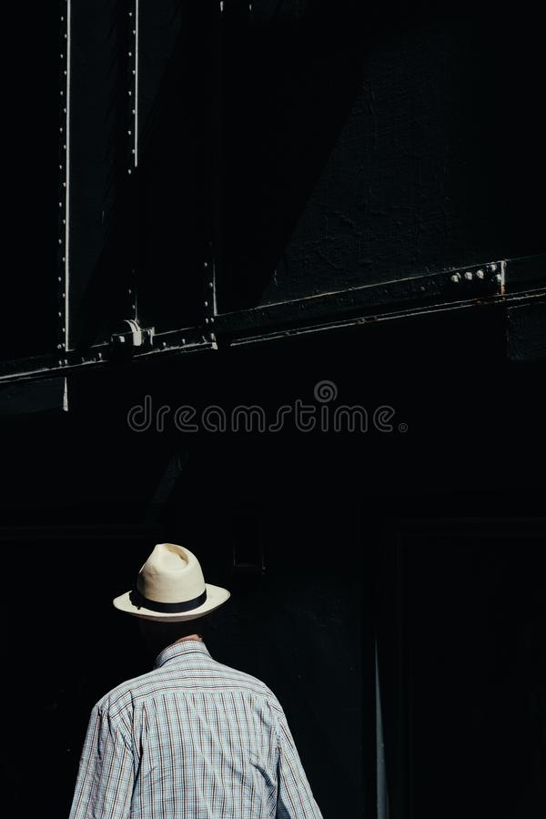 M?le plus ?g? dans un chapeau ayant une petite promenade photo libre de droits