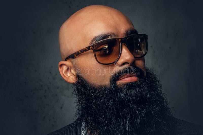 Mâle principal rasé barbu arabe dans des lunettes de soleil photo libre de droits