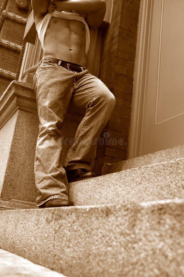 Mâle sur des escaliers photo stock