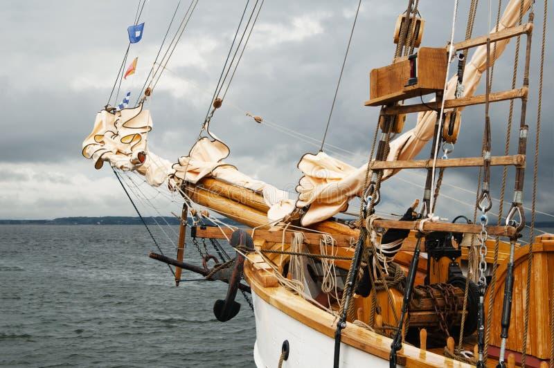 Mât d'un navire de navigation antique photo stock