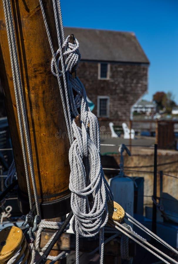 Mât de bateau avec des cordes image stock