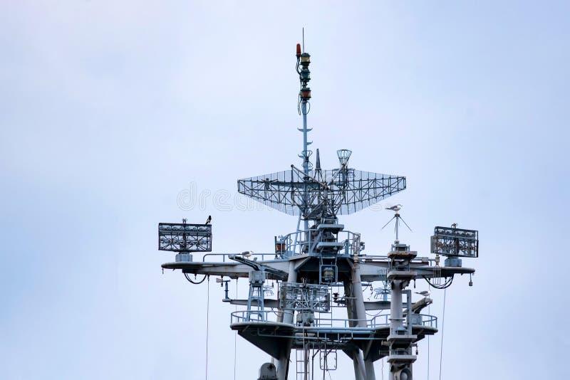 Mât de communication de yacht moderne avec l'ensemble d'antennes photo libre de droits