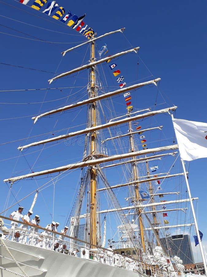Mât, drapeaux et équipage principaux photo stock
