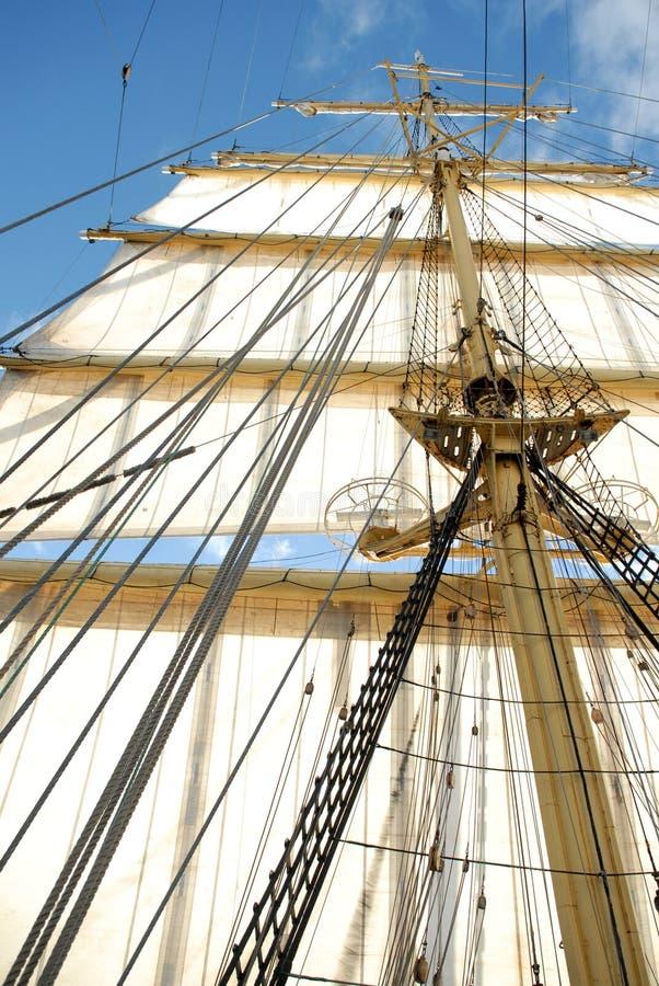 Mât du bateau avec les voiles blanches photographie stock libre de droits