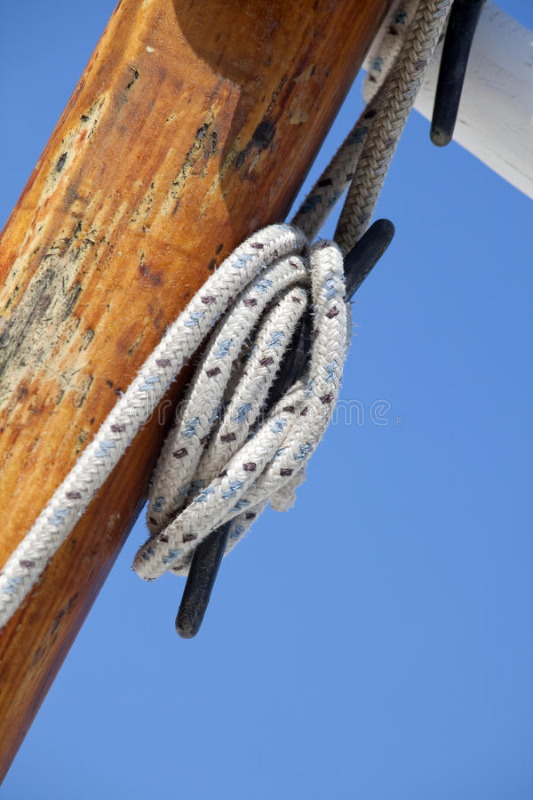 Mât et cordes de bateau image stock