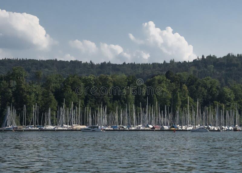 Mât et voilier et vagabonds en luzerne de lac en Suisse avec un fond d'une forêt dans le temps de jour photographie stock