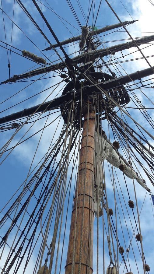 Mât grand historique sur la verticale de bateau de navigation image libre de droits