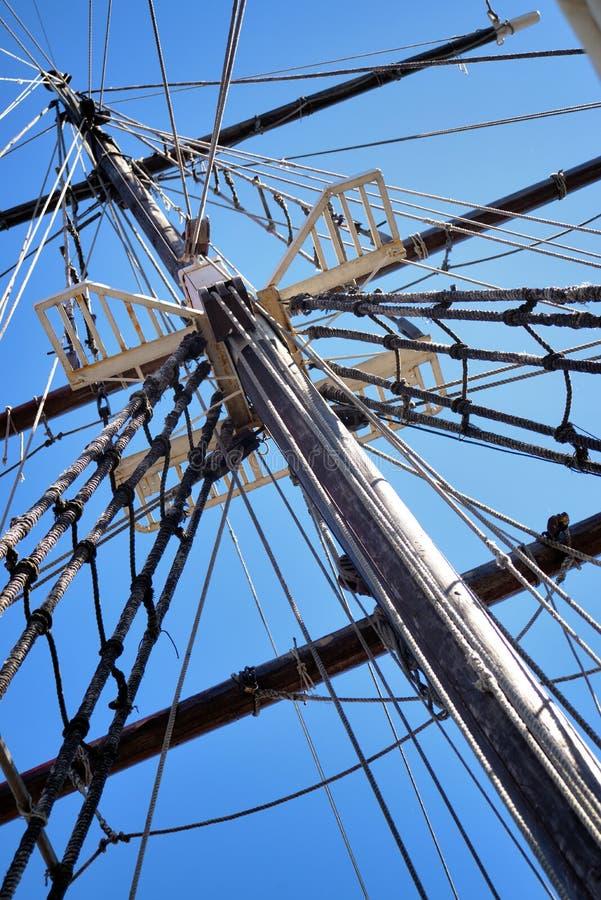 Mâter du grand bateau de navigation en bois, calage détaillé sans voiles photo stock