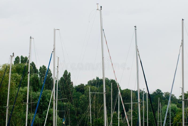 Mâts de yacht contre le ciel, photos stock