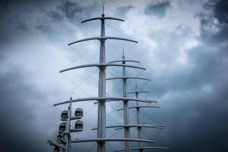 Mâts de yacht moderne de voile images stock