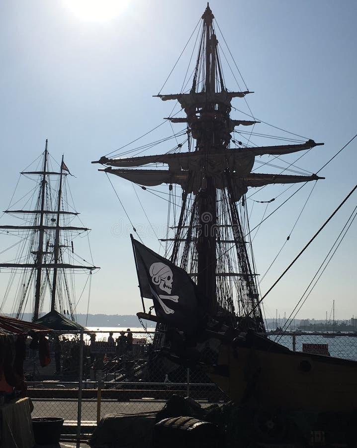Mâts et drapeau de pirate grands image stock