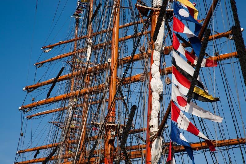 Mâts grands de bateaux avec des drapeaux images stock