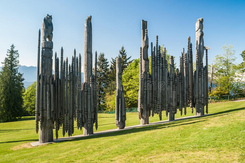 Mâts totémiques en parc de montagne de Burnaby à Vancouver photographie stock libre de droits