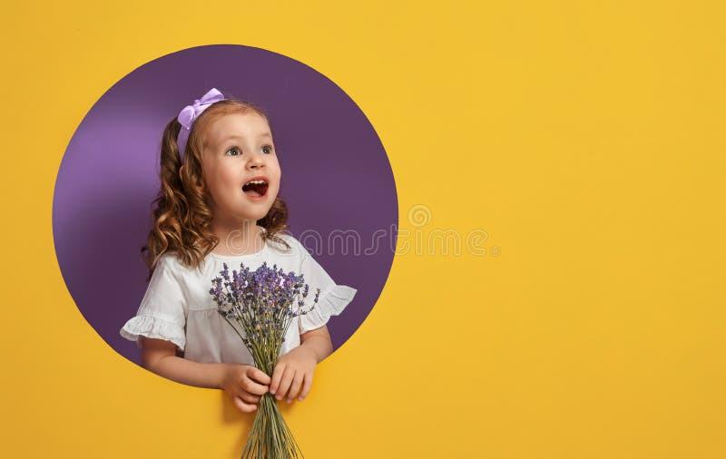 Mädchen mit einem Blumenstrauß des Lavendels stockfotografie