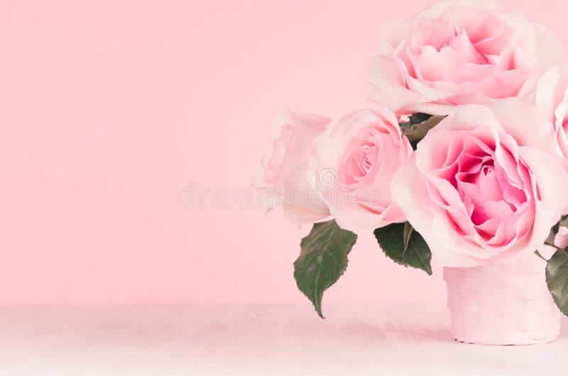 Mädchenhafter leichter Blumenhintergrund - vorzügliche rosa Rosen auf weißem hölzernem Brett, Kopienraum lizenzfreies stockbild