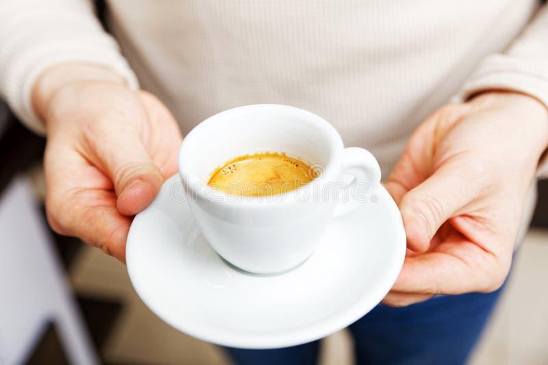 Männliche Hände der Nahaufnahme, die einen Tasse Kaffee-Espresso halten stockfotos
