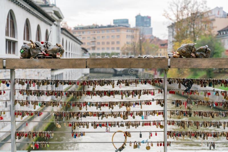 Många förälskelsehänglås som mest låsas på den berömda Mesarskien (mördar urskillningslöst \ 'bron arkivfoton