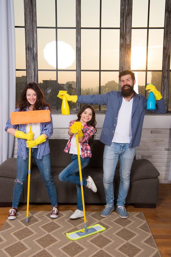 Mój dom czyścił mój sposób Rodzinny czyści dom Szczęśliwego rodzinnego chwyta czyści produkty Matki, ojca i córki czysty dom, zdjęcie stock