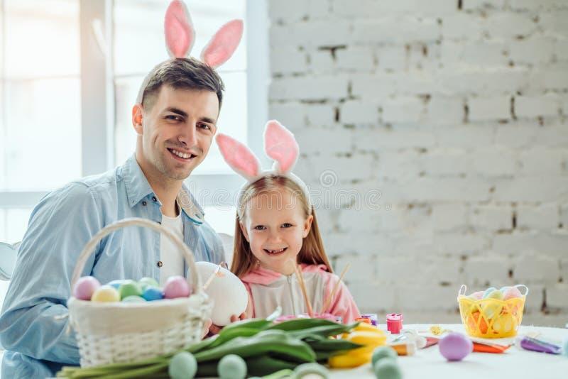 Mój tata jest najlepszy w świacie! Ojciec i córka przygotowywamy dla wielkanocy wpólnie Na stole jest kosz z Wielkanocnymi jajkam zdjęcie stock