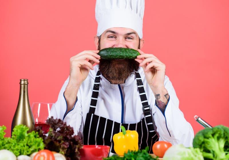 Mój ulubiony jedzenie Brodaty mężczyzny kucharz w kuchni, kulinarnej Zdrowy karmowy kucharstwo Dieting i żywność organiczna, wita zdjęcia royalty free