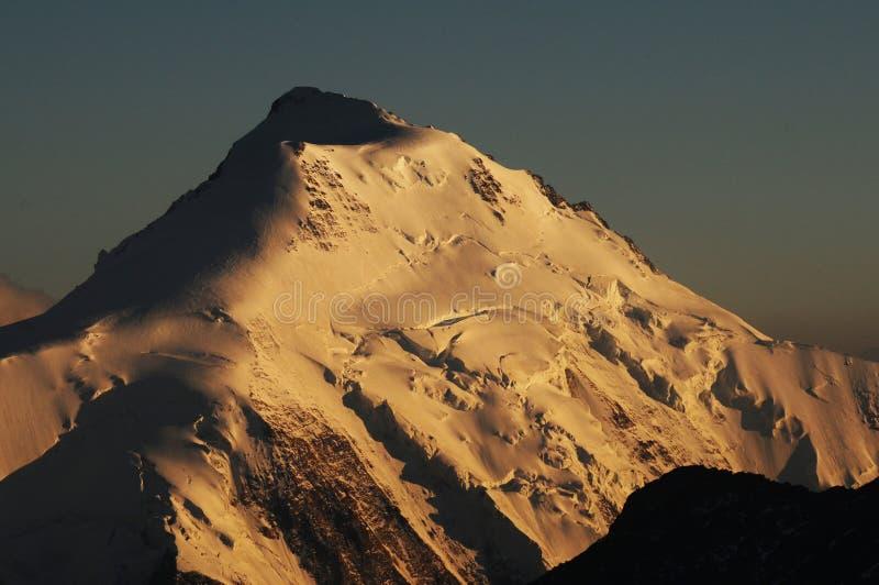 Mönchshà ¼ tte: globalna clima zmiana: Bernese szwajcarski halny szczyt z roztapiającym lodowem przy zmierzchem blisko Grindelwa obraz stock