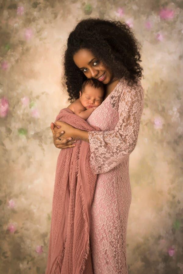 Mãe africana de sorriso com bebê recém-nascido imagens de stock