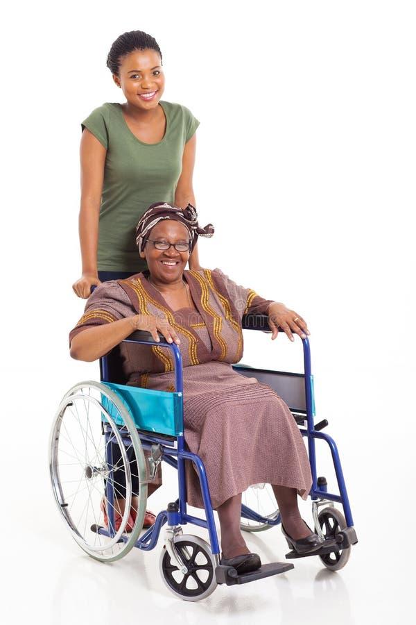 Mãe africana do sênior da filha fotografia de stock royalty free