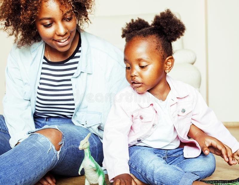 Mãe afro-americana nova doce adorável com daugh pequeno bonito imagem de stock