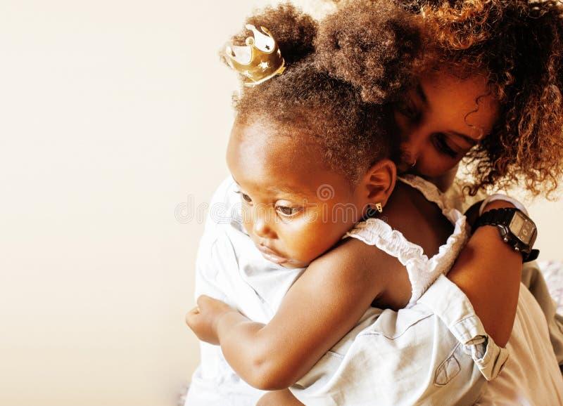Mãe afro-americana nova doce adorável com daugh pequeno bonito fotografia de stock