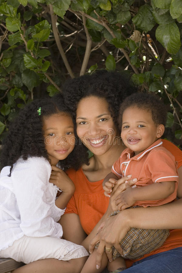 Mãe afro-americano e suas crianças foto de stock