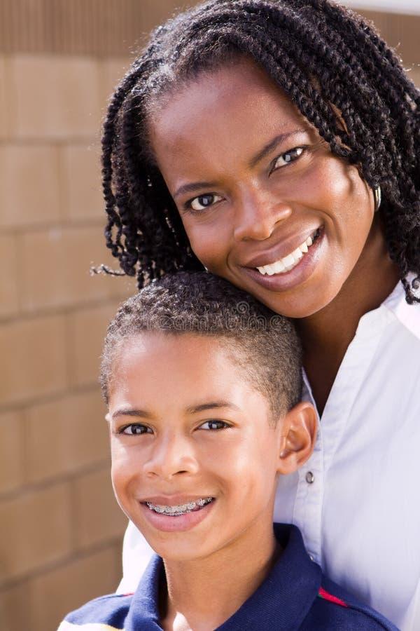 Mãe afro-americano feliz e seu filho fotografia de stock