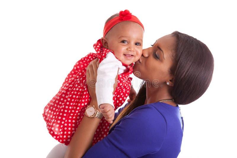 Mãe afro-americano nova que joga com seu bebê imagens de stock royalty free